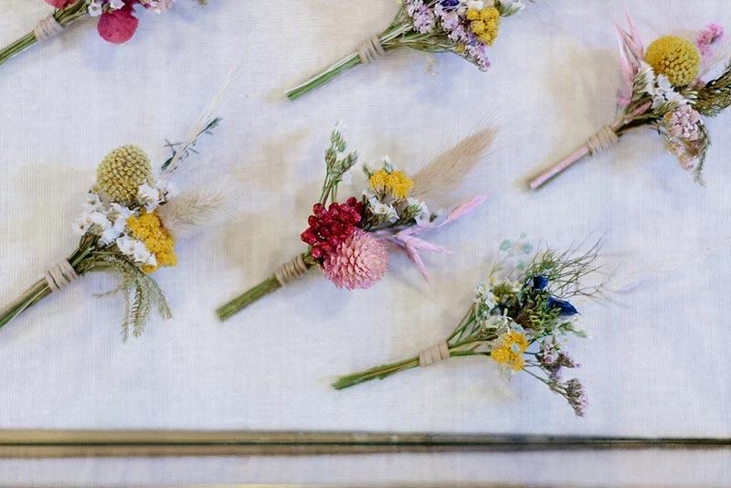 une boutonniere en fleurs sechees
