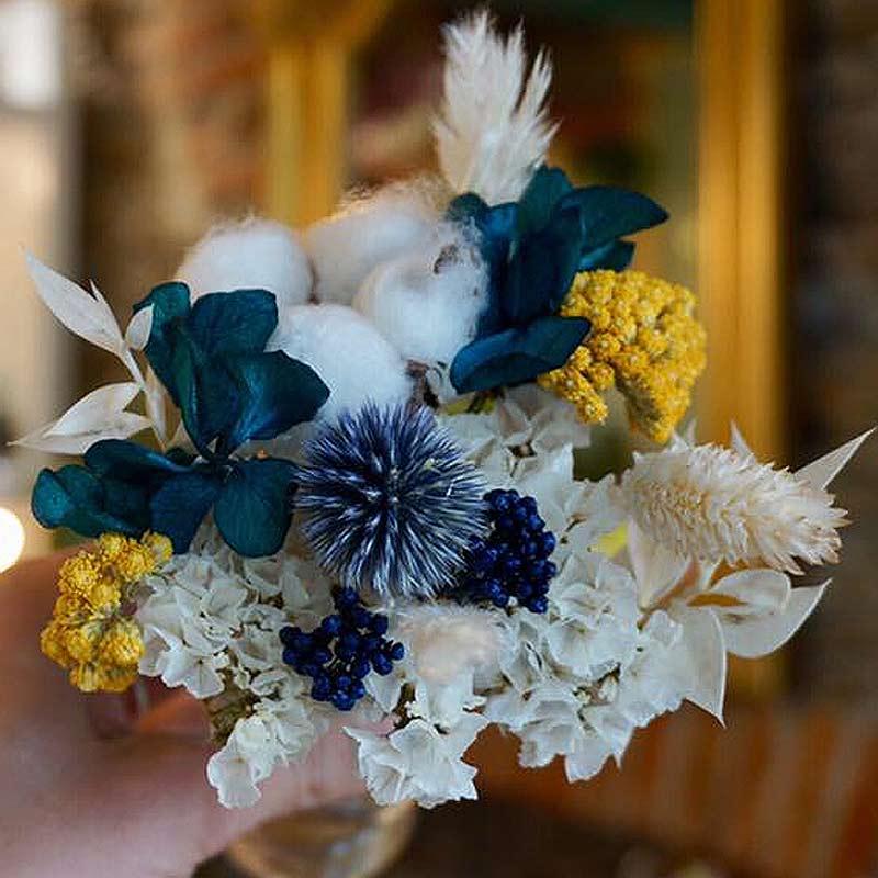 un bouquet de fleurs sechees moderne et coloré