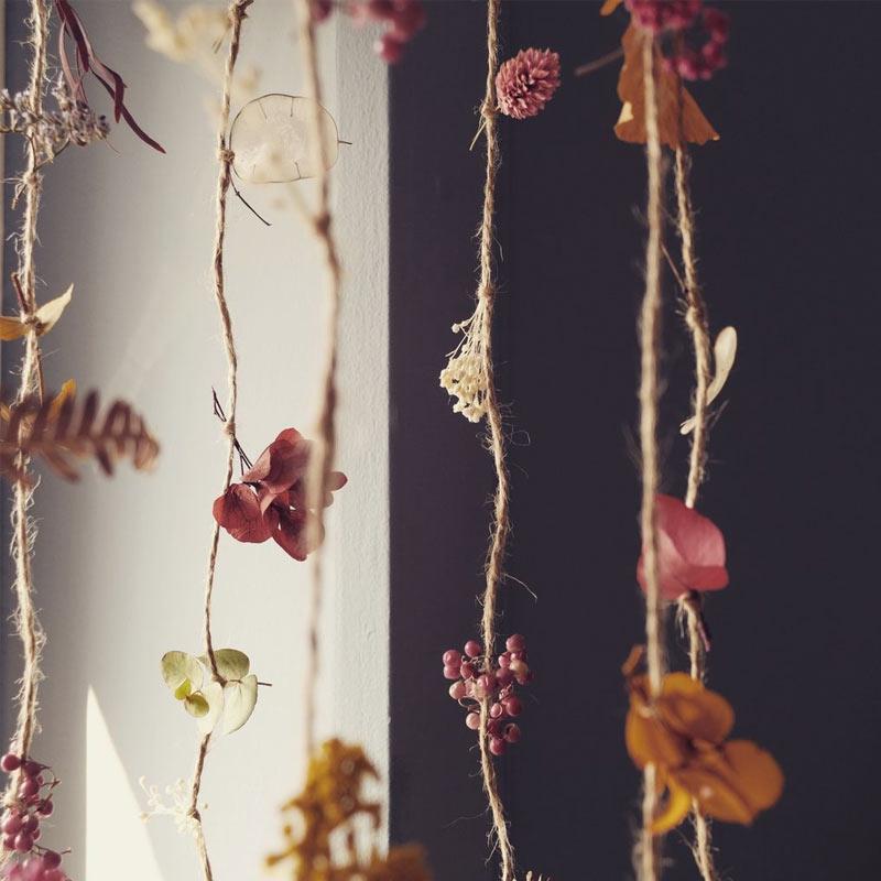 une creation moderne avec des fleurs sechees