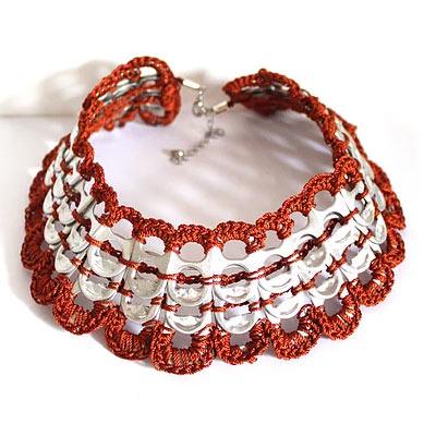 upcycling des bijoux un collier en capsule de canettes